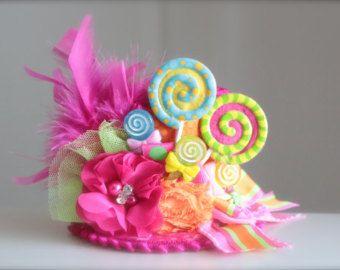 Eine Candyland-Motto-Party oder ein Foto schießen sie diese Hütchen ist ein muss haben! Dieses wunderschöne Hut ist mit satin-Stoff gemacht. Für einen sogar noch glamouröser Look ist dieser Hut mit Federn, Tüll, zusammen mit niedlichen Süßigkeiten Verschönerungen abgeschlossen aus. Dieses Stirnband erfolgt auf einem Gummiband die geschnitten wird, um so die Größe bitte angeben, welche Größe Sie in den Erläuterungen zum Verkäufer beim Check-out möchten.  Stirnband-Größen sind wie folgt…