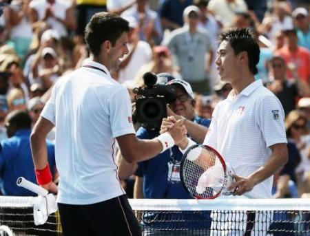 男子シングルス準決勝を終え、ノバク・ジョコビッチ(左)と握手する錦織圭(AP)