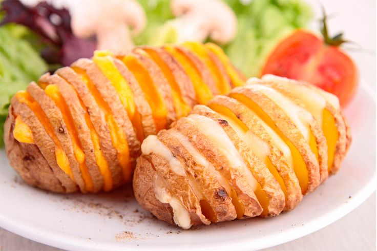 ¡Deliciosas y fáciles de preparar!  La cena de hoy serán Papas al horno con queso ¡A tu familia le encantarán!