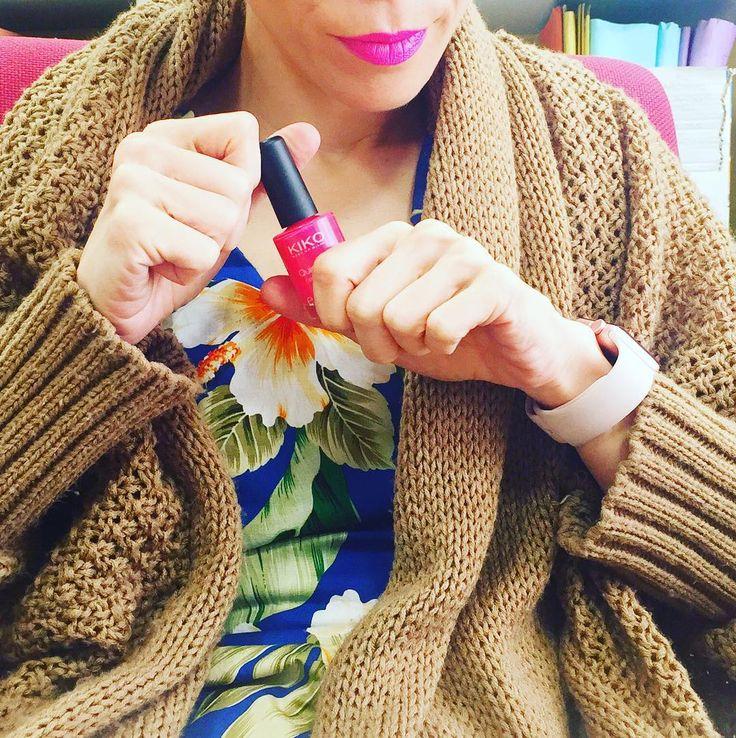 A punto de largarme de fin de semana el colmo del aprovechamiento del tiempo es pintarme las uñas con una mano mientras trabajo con la otra. El esmalte es uno de los que os enseñé en el blog (en mi post de ayer con los favoritos de mayo) y es que no sé cómo algo tan barato me puede gustar tanto!!! Por cierto que el aire acondicionado está a todo trapo y yo llevo un mono muy mono pero también muy mini de ahí el cardigan.  HAPPY WEEKEND!!!