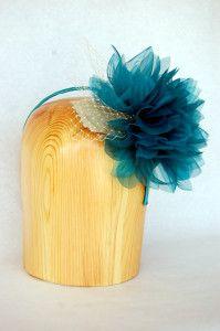 Tocado con hojas de parra y flor grande azul petroleo
