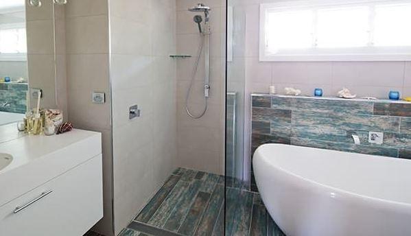 Maddi and Lloyd's House: Main Bathroom