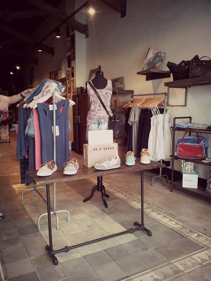 Imagen del mobiliario para tiendas en el proyecto de interiorismo comercial de Simón store.