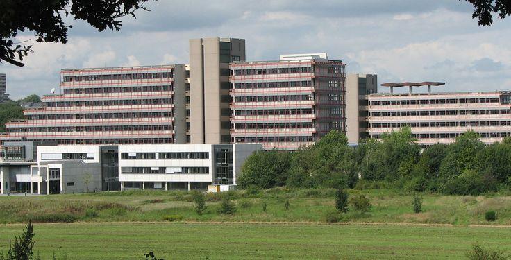 """Hochschule Bochum """"Fachhochschule Bochum 2007-08-17"""" von Martin Vogel, Dortmund/Germany, http://www.martinvogel.de/ - Eigenes Werk. Lizenziert unter CC-BY-SA-2.0-de über Wikimedia Commons."""