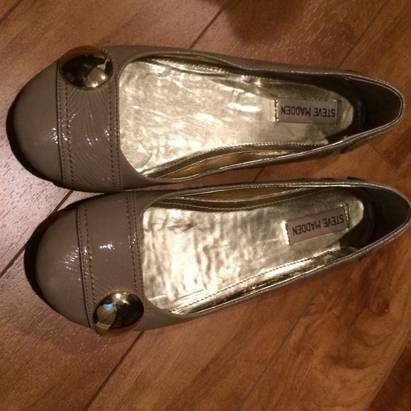 Like New! Steve Madden flats, size 8 Size 8 Steve Madden flats. Look new, don't even think I ever wore them! Tiny scratch on gold circles just from being in my closet (see pic). Steve Madden Shoes Flats & Loafers