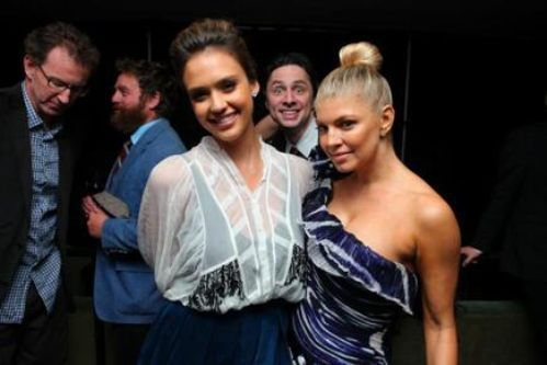 What To Do When Caught Between Jessica Alba and Fergie - Photobomb