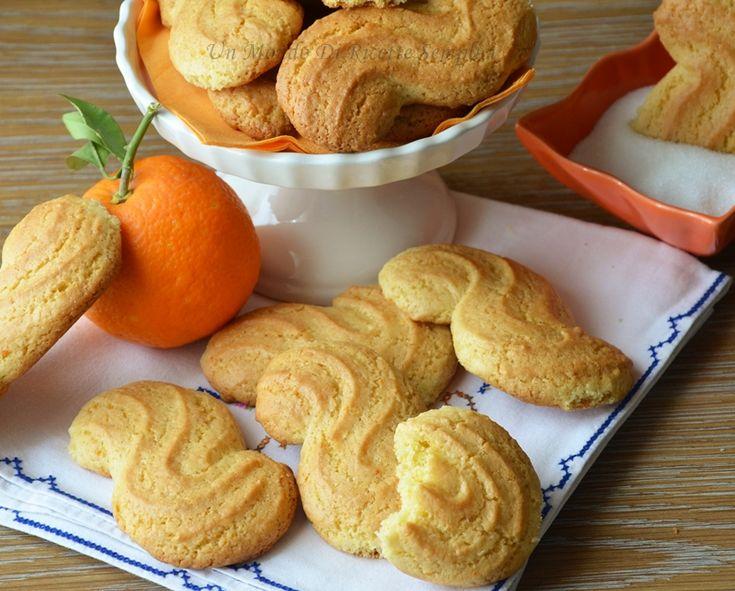 I biscotti all'arancia leggeri sono preparati senza uova, burro e latte. Sono ottimi e si preparano in meno di venti minuti.