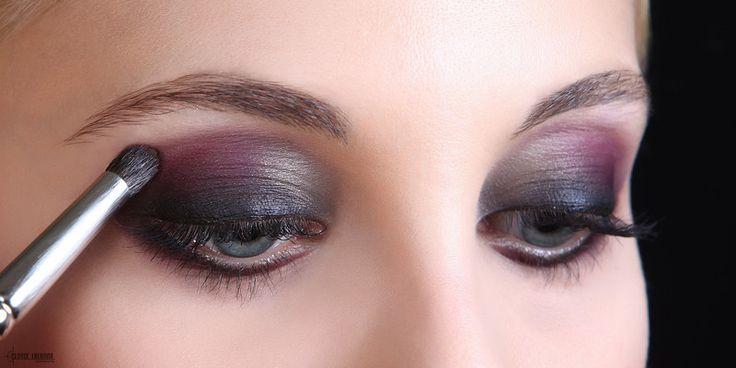 Je kunt van je ogen echte blikvangers maken want jeogen zijn het focale punt van je gezicht. Verzeker je ervan dat je technieken van oogmake-up en kleuren keuze het beste passen bij je oogvorm en ...elke vrouw die hogere eisen stelt aan haar voorkomen en Cosmetica de geheimen van de Professionele make-up wereld ontdekken...