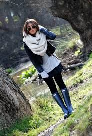 Loves for this outfit with Hunter boots.