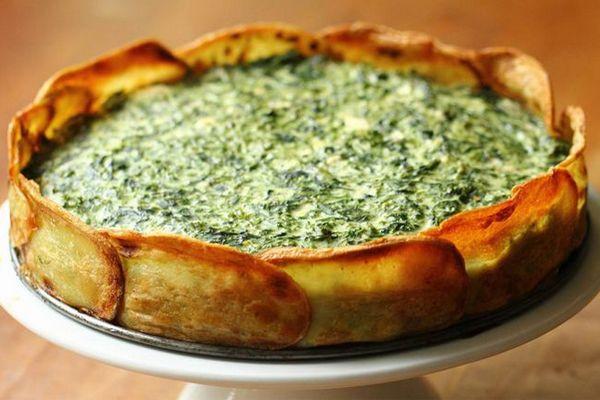 Experimente fazer essa delícia de torta de espinafre com batatas gratinadas: uma ótima opção para uma refeição leve e saudável!
