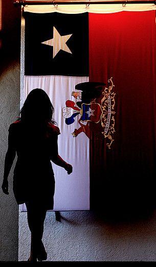03 de Diciembre de 2012/SANTIAGO_.  La ministra secretaria general de Gobierno, Cecilia Pérez, baja desde el comedor presidencial del Palacio de La Moneda para emitir declaraciones respecto a la intervención peruana en el Tribunal Internacional de la Haya, en el litigio marítimo entre Chile y Perú_.  FOTO: PEDRO CERDA/AGENCIAUNO