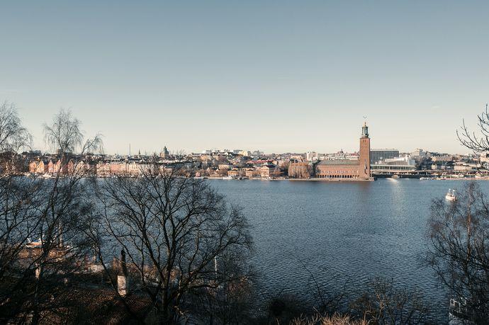 Högt upp på Mariaberget, i charmiga och mycket eftertraktade kvarter, är en av Södermalms ståtligaste fastigheter belägen. I detta hus, med storslagna vyer över Riddarfjärden, erbjuds nu ett tillfälle att förvärva en välplanerad hörnvåning med stor potential. Förutom Stockholms kanske bästa utsikt bjuder denna våning även på stora ljusinsläpp i tre väderstreck, högt till tak och många välbevarade originaldetaljer från byggåret. Våningen har två entréer. Skuldfri och mycket välskött…
