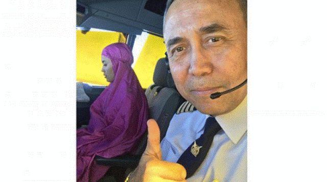 Co-pilot wanita solat dalam kokpit ketika dalam penerbangan dipuji netizen   Solat adalah tiang agama maka ianya tidak perlulahdilengah-lengahkan jika tiada keperluan seorang juruterbang pesawat Garuda Indonesia telah memuatnaik sekeping gambar di laman sosialnya di mana ianya telah mendapat pujian oleh netizen negara berkenaan lapor Tribunnews.com.  Co-pilot wanita solat dalam kokpit ketika dalam penerbangan dipuji netizen  KaptenJaka Pituana telah memuatnaik gambar pembantu…