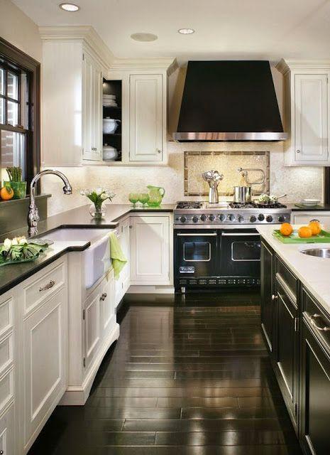 En mi cocina, hay un horno negro, y un fregadero.