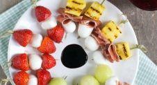 Spiesje van gemarineerde aardbeien met mozzarella