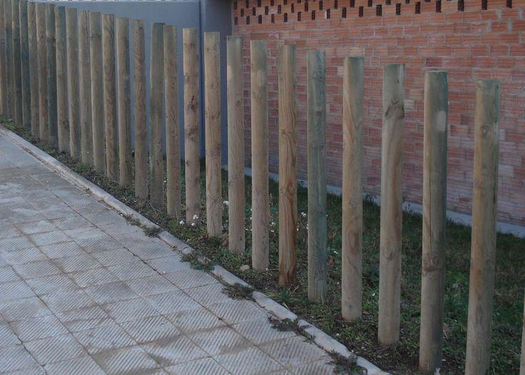 Madero o barra de material fuerte y resistente que se fija en posición inclinada en algún lugar para sujetar una pared, una estructura o un edificio que puede caerse.
