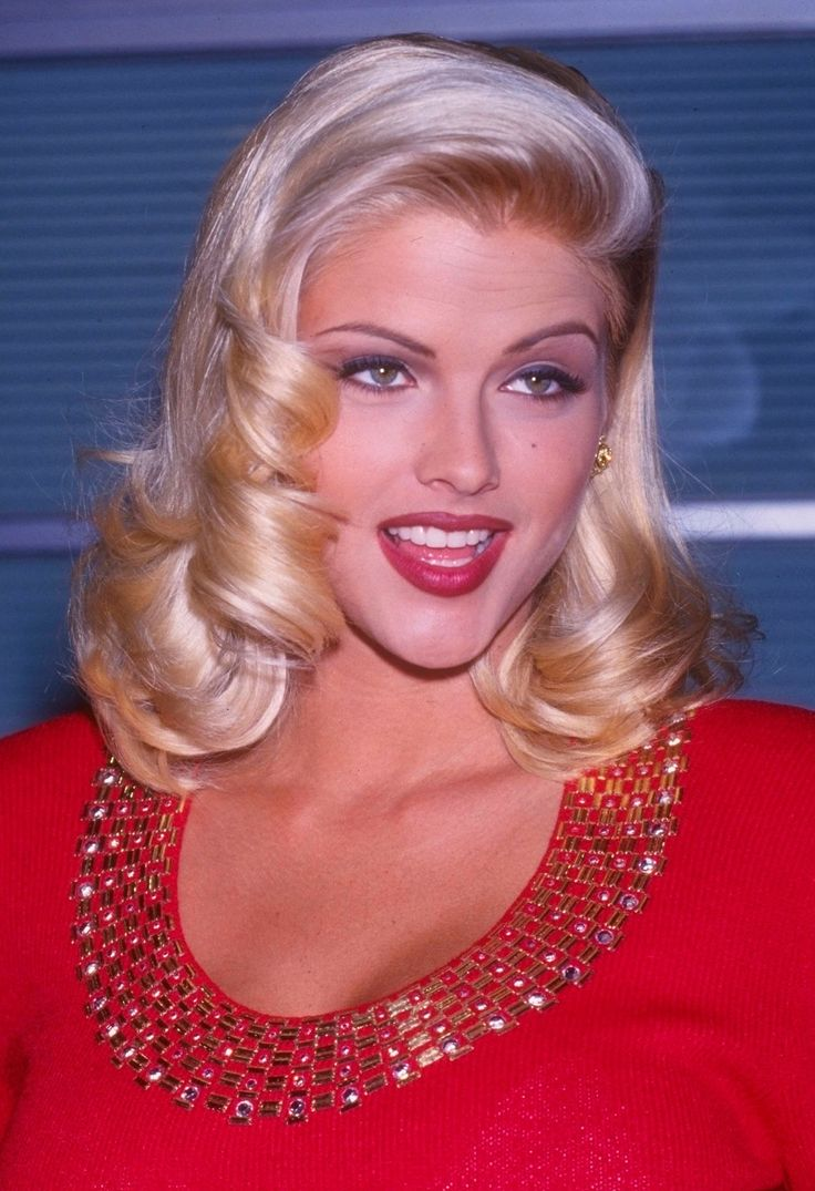 a photo archive tribute to the beautiful actress celebrity and pin up anna nicole smith browse by film the hudsucker proxy the naked gun 33