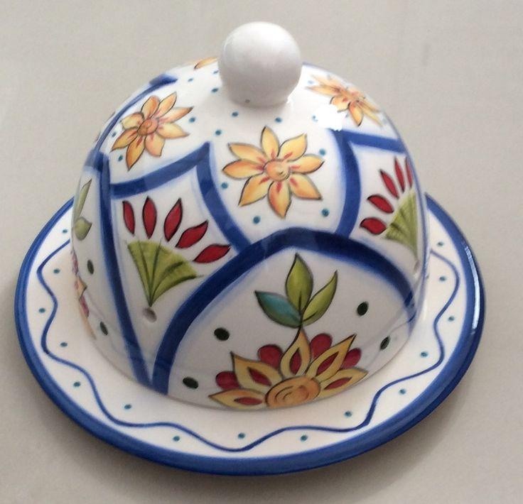 Linda queijeira colorida, feita em cerâmica e pintada a mão. Serve tanto para uso decorativo ou utilitário 100 % artesanal