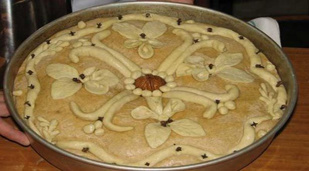 Χριστόψωμο λέγεται τοψωμιπου οι Ελληνίδες νοικοκυρές φτιάχνουν 2-3 ημέρες πριν ταΧριστουγέννων ειδικά για τη μεγάλη αυτή γιορτήο στολισμός του είναι πλούσιος με λογής-λογής κεντήματα. Αυτά τα σχήματα συμβολίζουν τον καημό και το όνειρο της ελληνικής αγροτιάς. Ένα κεφαλαίο Β συμβολίζει το ζυγό του αλετριού . Στο άλλο μισό της επιφάνειας του Χριστόψωμου με «σωρό» ζύμης …