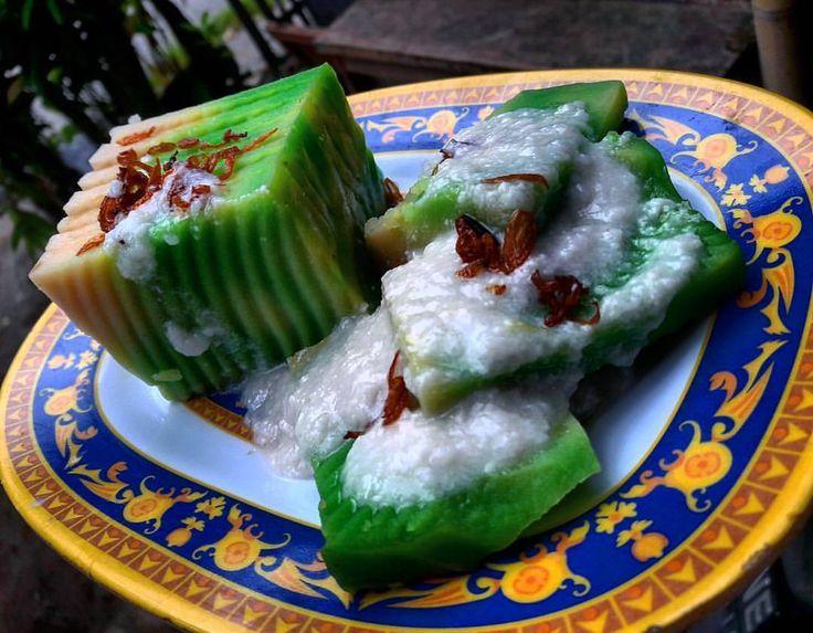 """""""Wadai Patah khas banjar  Kue petah disebut juga dengan petah Asia. Warnanya yang hijau selalu disajikan saat lebaran di Banjarmasin, Kalimantan Selatan.…"""""""