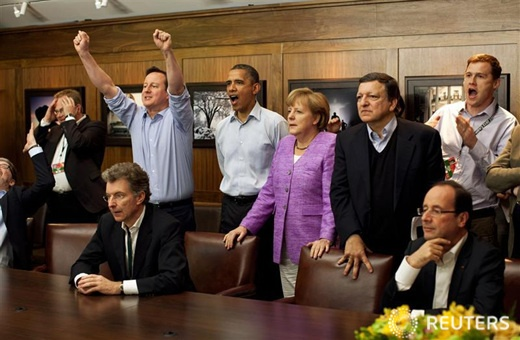 메릴랜드 캠프데이비드에서 G8 정상회의 참가국 정상들이 함께 챔스 결승전을 보고 있습니다. 격의 없는 분위기 속에 경기결과에 따라 엇갈린 영국과 독일 총리의 표정이 재미있네요.  | 챔스 결승전 보는 G8 정상회의 참가국 정상들 :: 네이버 뉴스