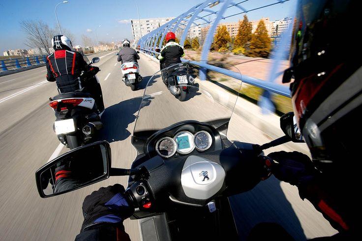 Imágenes de la comparativa entre cuatro maxiscooter 400: Suzuki Burgman, KYMCO Xciting 400i, Peugeot Satelis 400 y Yamaha X-MAX 400 | Motociclismo.es