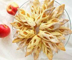 Гости ни за что не поверят, что красивое ажурное печенье с начинкой из яблок вы испекли сами, настолько здорово оно смотрится. Между тем, сделать его довольно просто. Давайте попробуем, тем более, чт…