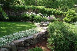На дачных участках устанавливают ограждения из бетона, натурального и искусственного камня, из досок и кирпича, широко используют металл и сайдинг.