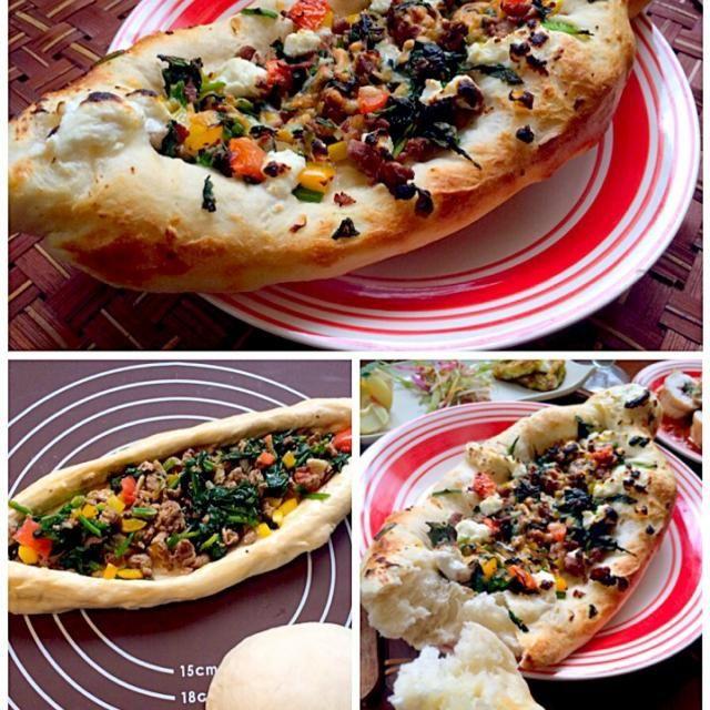 トルコの包み焼きピザ 羊のひき肉ベースの具にとき卵をいれて舟型に成形、焼き上げた「クイマルピデ」 エスニックの香りがたまらなく美味しい - 75件のもぐもぐ - Kapalı Pideカパル・ピデ wrapped baked pizzaピデ(トルコの舟形ピザ) by honeybunnyb