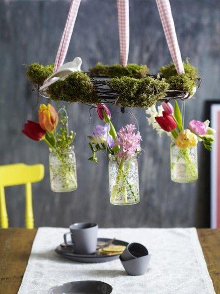 Mit diesem außergewöhnlichen Kranz hält der Frühling schon jetzt Einzug in Ihr Zuhause. Vor allem über dem Esstisch ist der moosbedeckte Kranz mit Mini-Vasen mit Tulpen und Hyazinthen ein echter Hingucker.