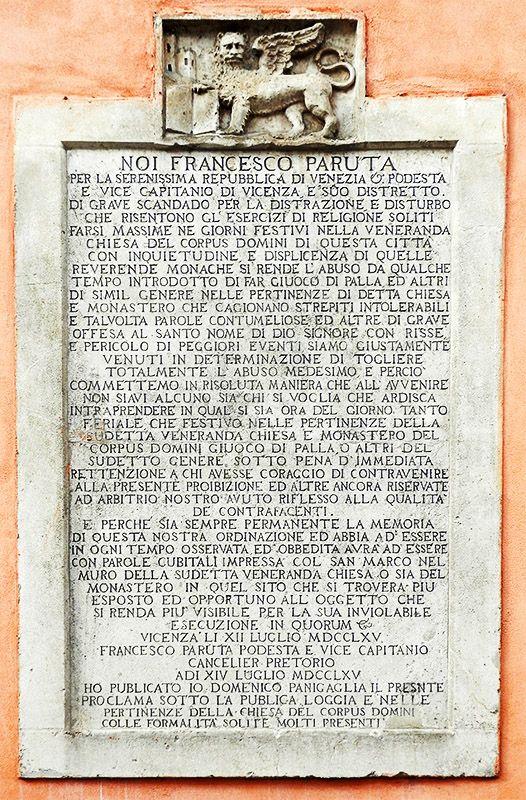 Vietato il gioco del pallone! Targa posta dal capitaniato di Vicenza nel 1765. Si trova nei pressi delle antiche mura Corpus Domini, centro storico di Vicenza
