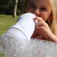 Retrouvez les étapes pour réaliser facilement des serpents à bulles, ces tubes de savon conçus à partir d'une bouteille et du souffle de votre enfant !