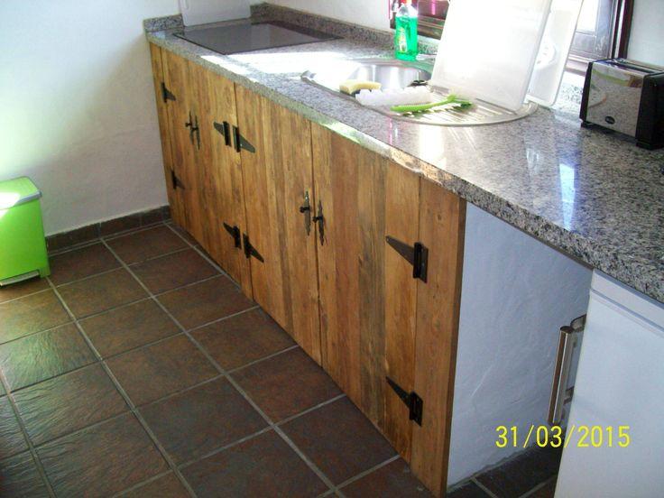 Armarios de cocinas confeccionado con maderas recicladas y teñidas con productos naturales