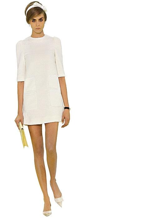 En la semana de la moda de París el desfile de Louis Vuitton no pasó inadvertido. La escenografía de grandes escaleras mecánicas por donde subían y bajaban las modelos y el piso damero bicolor gigante creados por Daniel Buren sirvieron para que los diseños de Marc Jacobs se lucieran. Con una clara influencia de los años '60, Cara Delevingne desfiló un vestido blanco con ballerinas en punta en homenaje a Jane Birkin.