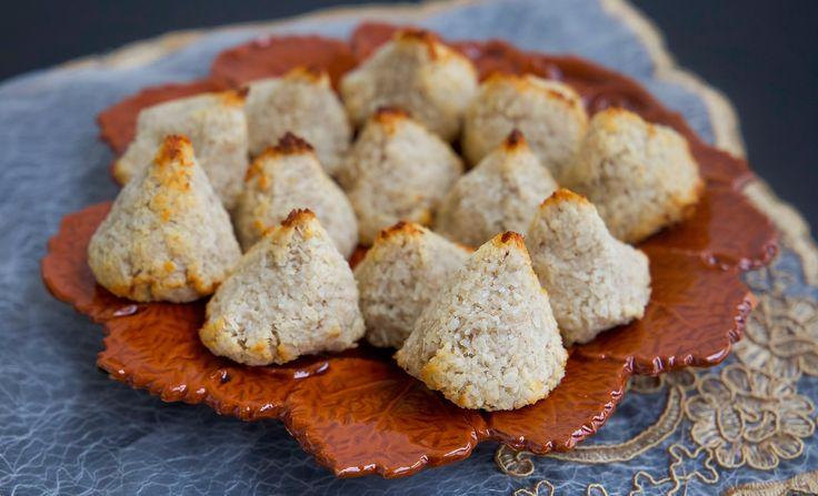 Nyttiga och goda kokostoppar gjorda på endast banan och kokos. Godasom mellanmål eller till fikat och kan ätas med gott samvete. Perfekta att baka när du har övermogna bananer i fruktskålen. Recept på klassiska kokostoppar hittar du HÄR! Ca 14 st små kokostoppar 2 mycket supermogna bananer (de ska vara mjuka och mörka i skalet) 200 g kokos TIPS! Du kan smaksätta smeten med 1 tsk vaniljsocker. Gör såhär: Värm ugnen till 175°. Använd riktigt mogna och mjuka bananer för bäst resultat. Skala…