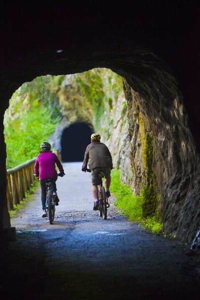 'Senda del Oso' una ruta que discurre por el trazado de un antiguo ferrocarril minero y que nos adentra en los concejos de Santo Adriano, Proaza, Quirós y Teverga.  Déjate sorprender por los Valles del Oso!!