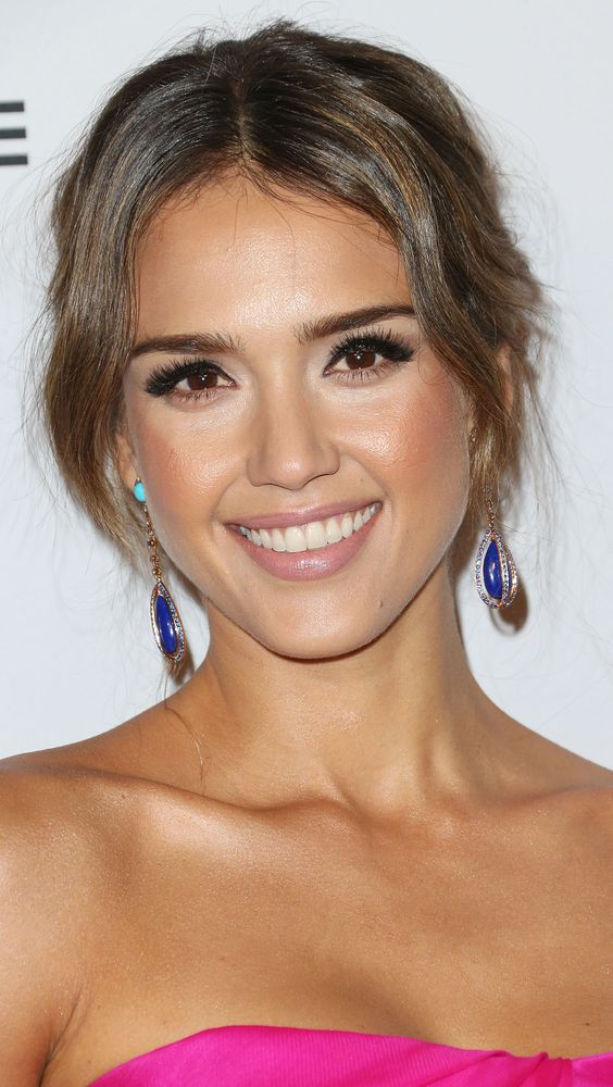 Jessica Alba always looks gorgeous, but we especially loved her thick lashes and highlighted undereye area and cheekbones.