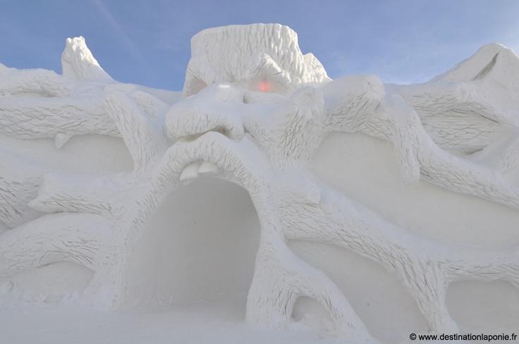 The world's largest snow castle is reconstructed every year in Kemi, Lapland.     Pénétrer dans une architecture de neige et glace unique en Europe: le Lumilinna à Kemi, Laponie.   Photo: Nina Kostamo.