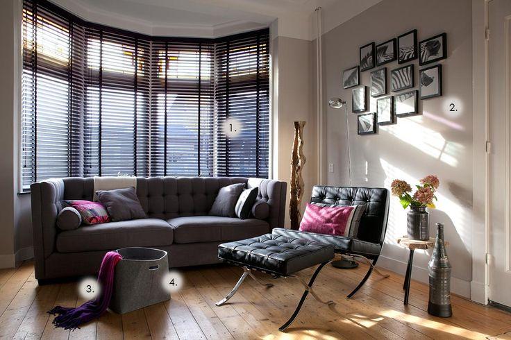 woonkamer uit de jaren30 met erker en zwarte jaloezià n