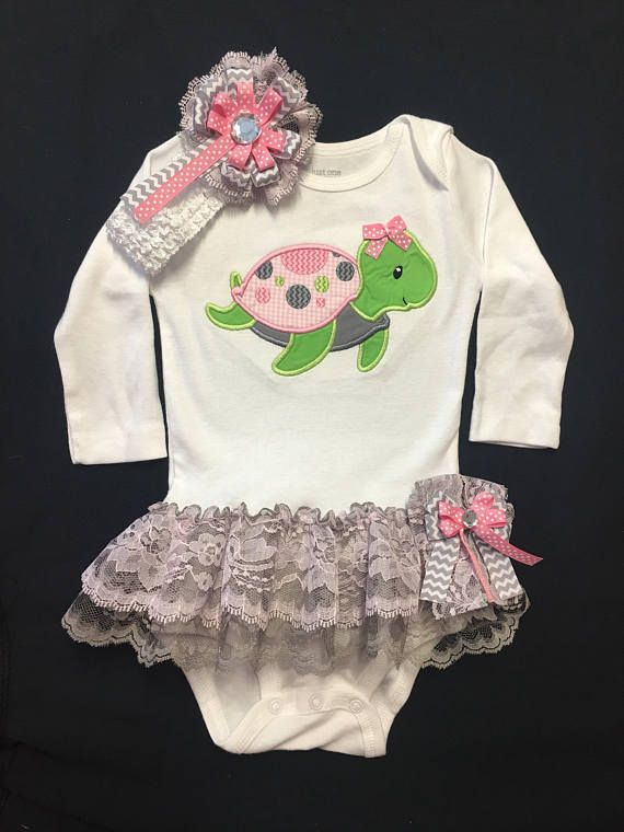 This Cute Outfit Has An Appliquéd Sea Turtle With A Ribbon Bow Sewn On And Features Double Lace In Gray And Lav Patrones Ropa Bebe Ropa Bebe Trajes De Tortugas