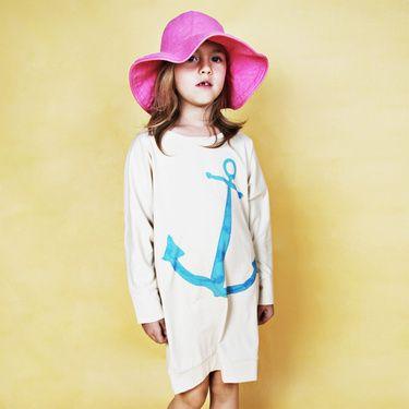 Mi pequeña estará ideal con este vestidito corte pingüino y print de ancla super veraniego!  Mini Rodini collection. Love it, find it @kalakas.es