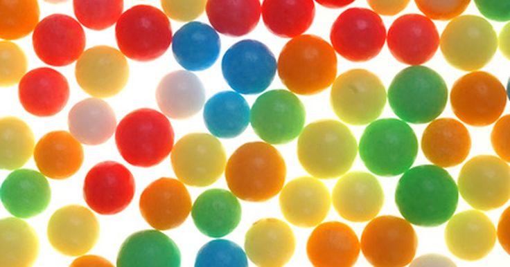 Ideas para modelos de células comestibles. Las células comestibles son una actividad de clase común para complementar el programa de ciencias. Los modelos celulares comestibles enseñan a los estudiantes un modelo 3-D en un formato creativo. Ya sea que los uses como lección para la clase o los asignes como tarea, los estudiantes lograrán una mejor comprensión de la estructura celular que si ...