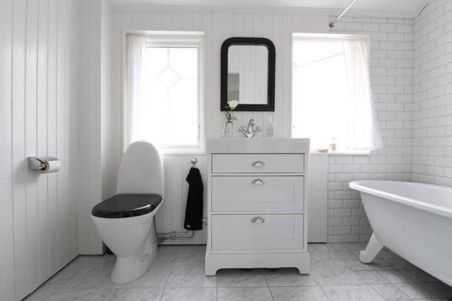 • badevarelset •  Städning på schemat idag och dottern på barnkalas. Är välbehövligt med ett riktigt röj ibland och denna gång åker soffan på andra våning ut! Ska bli skönt att få till ett riktigt kontor där uppe istället. Förhoppningsvis får vi plats med en mindre soffa och fåtölj också, får se vad det blir av 'et!  Kram på er och ha en fortsatt trevlig lördag  #badrum #interior #interior4all #finahem