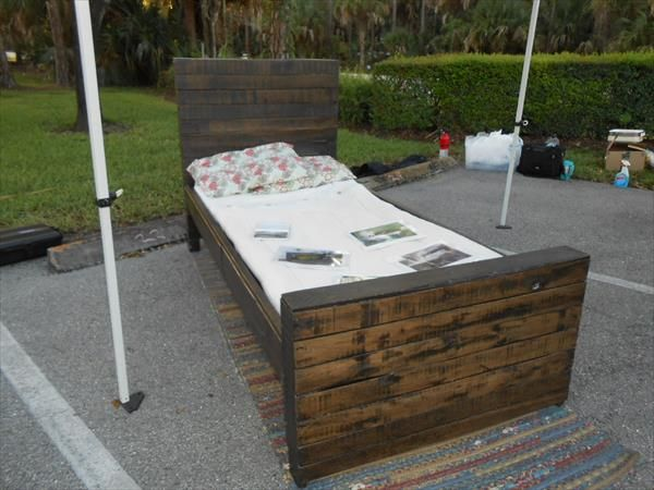 1000 ideas about pallet twin beds on pinterest twin bed for Pallet bed frame with side tables