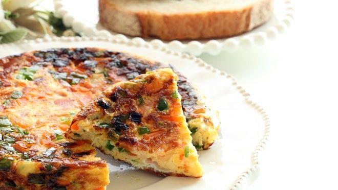 Broodje met avocadospread en groente-omelet - recept | 24Kitchen