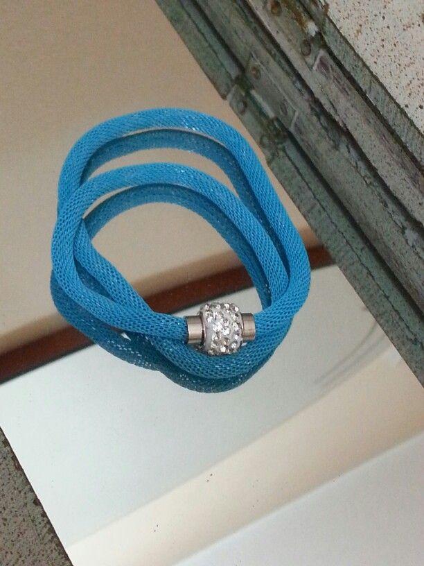 Braccialetto azzurro doppio giro con chiusura calamita con strass - € 5,00 - disponibile