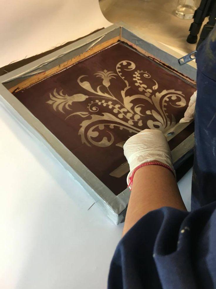 Proceso de estampado de la pasta devoré sobre el shablon.