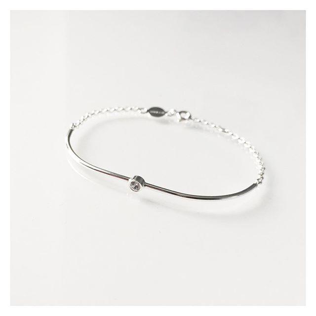 Kevään juhlat lähestyvät  Muista äitejä, valmistuvia ja muita sankareita kauniilla korulahjalla  #silver #sapphire #bracelet #finnishdesign #handmadeinpori #handmadejewelry #oonaarmiajewelry