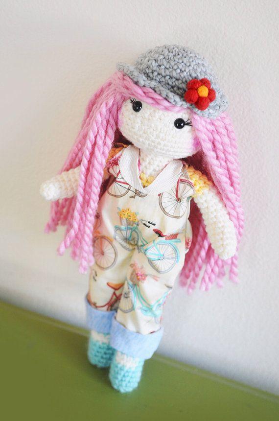 Deze zoete dolly heeft lang roze krullend haar, een grijze hoed en schattig overall (stof heeft kleurrijke fietsen over het). Haar is een zachte wol gemengd garen. Haar hoed & Overall zijn afneembaar. Klaar om te verzenden. Gemaakt door mij, in mijn huis rook-vrij, huisdier-gratis. * plek wassen alleen