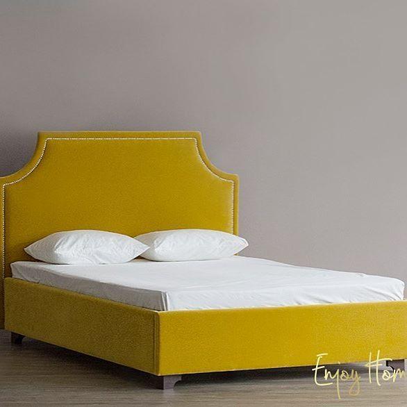 Кровать Castle Fog в новой обивке💛. Изящное изголовье из натурального бархата отвечает самым лучшим требованиям, а цветовая палитра и богатый выбор тканей для обивки позволят этому уютному ложу вписаться в любой интерьер. Кровать 160*200, ткань - бархат 4-й категории. Для уточнения стоимости и заказа пишите на sales@enjoyhome.ru 📩. #enjoy_home #мебельназаказ #кровать #enjoy_home_shop